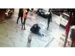 Tuzla'da iki gencin sokak ortasında tekmeli yumruklu kavgası kamerada