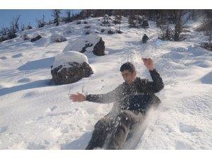 Beytüşşebap'ta çocukların bidonla kayak keyfi