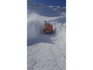 Kar kalınlığı 4 metreyi aştı, ekipleri yolları açmak için seferber oldu