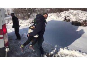 Kar kolları kapattı, engelli gencin imdadına şantiye ekipleri yetişti