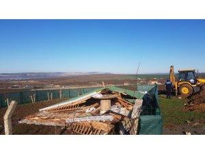 Büyükçekmece Gölü çevresinde 10 kaçak yapı yıkıldı