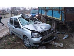 Traktör römorkuna çarpan otomobil hurdaya döndü