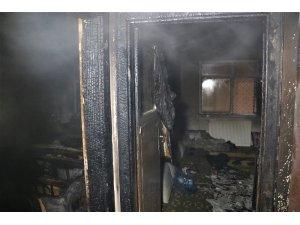 Elazığ'da ev yangını, 5 kişi dumandan etkilendi