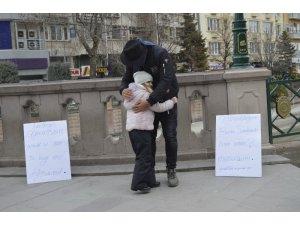 Afgan genç ırkçılığı sarılarak yıktı