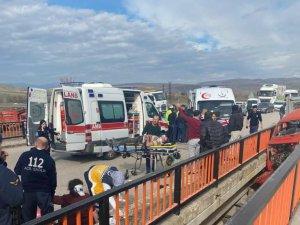 Kontrolden çıkan araç köprüde asılı kaldı: 3 yaralı