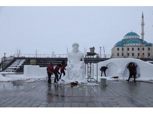 Bâbertî Külliyesinde yapılan kardan heykellere yoğun ilgi
