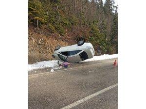 Yolda kayan otomobil şarampolde devrildi: 2 yaralı