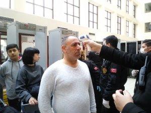 Bakırköy Adliyesi'nde Korona virüs nedeniyle vatandaşlara ateş ölçerli kontrol