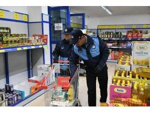 Pendik'te yaşlıların market alışverişini zabıta ekipleri yapıyor