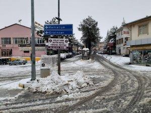 Arapgir'de korona endişesiyle boşalan sokaklar karla kaplandı