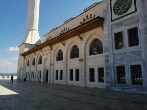 Korona virüs tedbiri çerçevesinde Cuma namazı kılınmayan Çamlıca Camii havadan görüntülendi