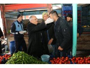Başkan Öztürk pazarcı esnafına maske dağıttı