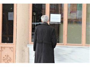 Cami kapısına asılan yazıyı görünce geri döndüler