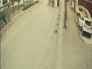 Devrilen midibüs üzerine doğru gelirken kılı bile kıpırdamadı