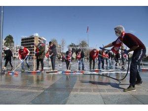 Antalyaspor taraftarından meydan temizliği
