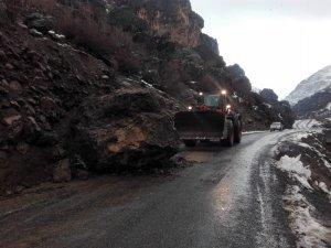 Beytüşşebap'ta dev kaya yolu kapattı