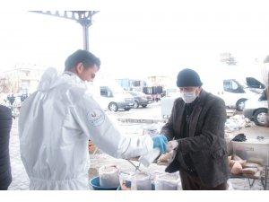 Ürgüp'te pazar alışverişi yapanlara el dezenfektanı sıkıldı