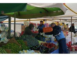 Çiğli'de zabıta ekiplerinden pazar yerlerine eldiven dağıtımı