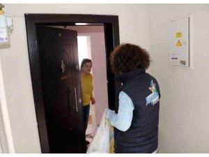 Kocaeli'de evden çıkmayan yaşlıların alışverişini belediye ekipleri yapıyor