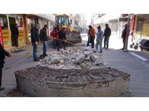 Kırıkhan'da beton banklar söküldü
