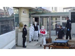 Hastanede güvenlikçileri bıçaklayan şahıs beyaz tulum ve maske ile adliyeye sevk edildi