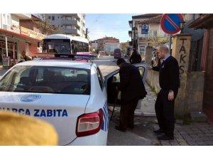 Kaynarca'da zabıta ekipleri yaşlı vatandaşları evlerine gönderdi