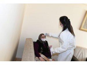 Esenyurt'ta sokağa çıkmayan yaşlılara evinde sağlık hizmeti veriliyor