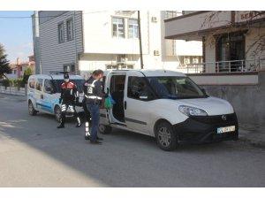 Yaşlıların siparişlerini evlerine polisler teslim ediyor