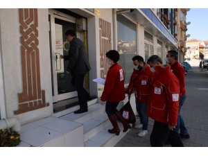 Bolu'da, sokağa çıkamayan yaşlı vatandaşlara yardım eli