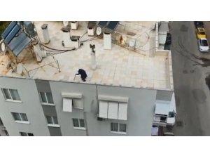 Antalya'da 65 yaş üstü yaşlı teyze dışarı çıkamayınca çatıda gezdi