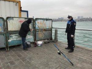 Üsküdar'da yasağa rağmen gizlenip balık tutarken yakalandı