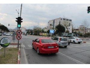 Antalya'da sinyalizasyon işaretlerinden Korona uyarısı