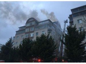 Sancaktepe'de korkutan yangın: Çatı katı alev alev yandı