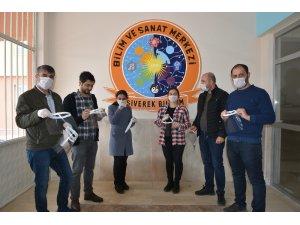 Öğretmenlerden sağlık çalışanları için yüz koruyucu siper