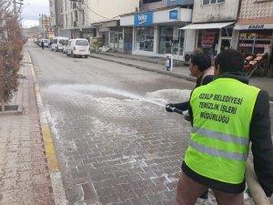 Özalp'ta cadde ve sokaklar deterjanlı suyla yıkandı
