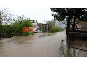 Şiddetli sağanak Kozan caddelerini göle çevirdi