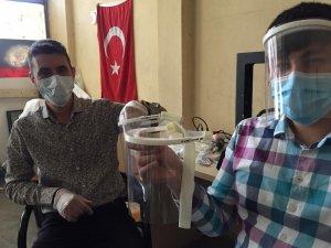 Meslektaşlarını koronavirüsten korumak için siperlik ürettiler
