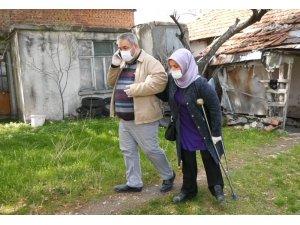 Engelli muhtar, görme engelli eşiyle birlikte sokağa çıkamayanların yardımına koşuyor