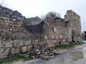 Silvan'da sağanak yağış toprak evleri vurdu