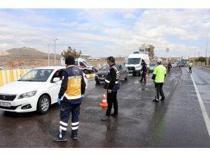 Nevşehir'de kent girişlerinde araç sürücülerinin ateşi kontrol ediliyor