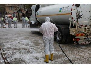İvrindi'de caddeler köpüklü ve fırça ile yıkandı