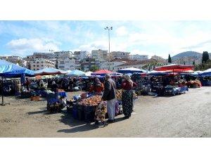 Kuşadası'nda pazaryerine gelenlerin ateşi ölçüldü
