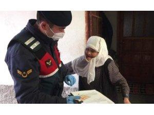 Emet'te jandarma kapı kapı dolaşıp yardımları dağıttı