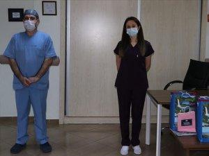Rize'de 2 hemşire koronavirüsü yenerek alkışlarla göreve döndü