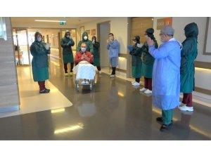 Doktorların umudunu kestiği korona hastası alkışlarla taburcu oldu