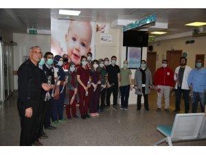 Kızılay Muradiye Şubesi ekipleri hastanede karanfil dağıttı