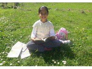 Karantina günlerini kitap okuyarak geçiriyor