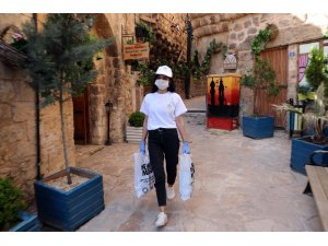 Mardin'de evinde sınavlara hazırlanan öğrencilere ücretsiz kitap desteği