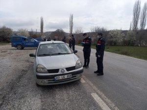 Hocalar'a komşu ilçe Banaz'dan kaçak geçişleri önlemek için köy yollarını toprakla kapatıldı
