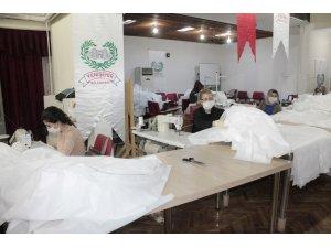 Diyarbakır'da fabrika gibi çalışan HEM günlük 2 bin maske ve 100 tulum üretiyor
